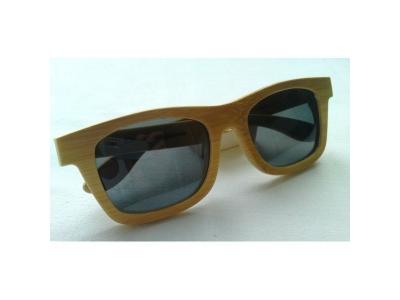 Drevené slnečné okuliare s čiernym sklom